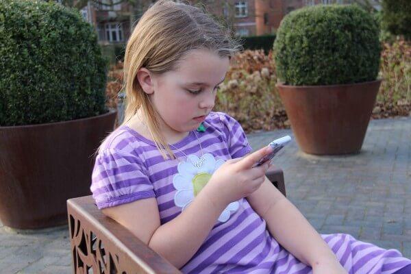 Børn med mobiltelefon - byAnnette.dk