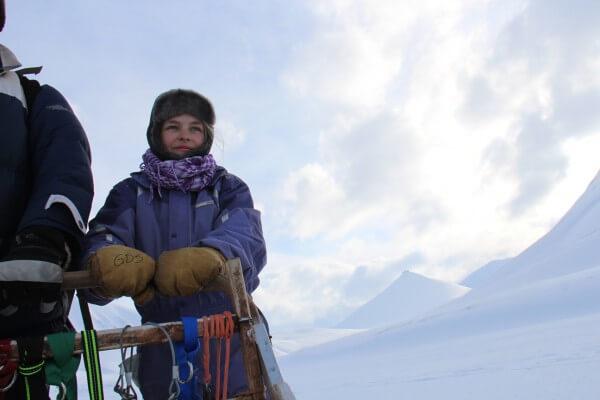 Laura styre hundene på slædeturn - Svalbard / Picture taken by @ByAnnette.dk
