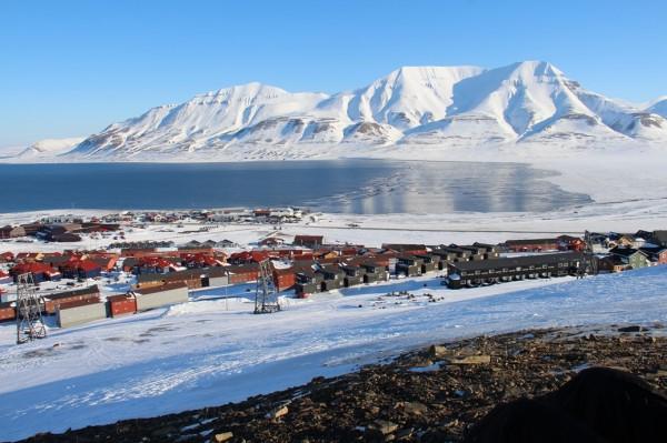 Svalbard - Udsigt over Longyear byen og havnen  / Billedet er taget af @ByAnnette.dk