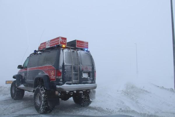 Rescuebil blokere vejen på Island