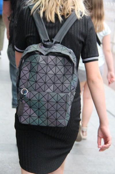Lauras nye taske - købt på Perlemarkedet, Beijing